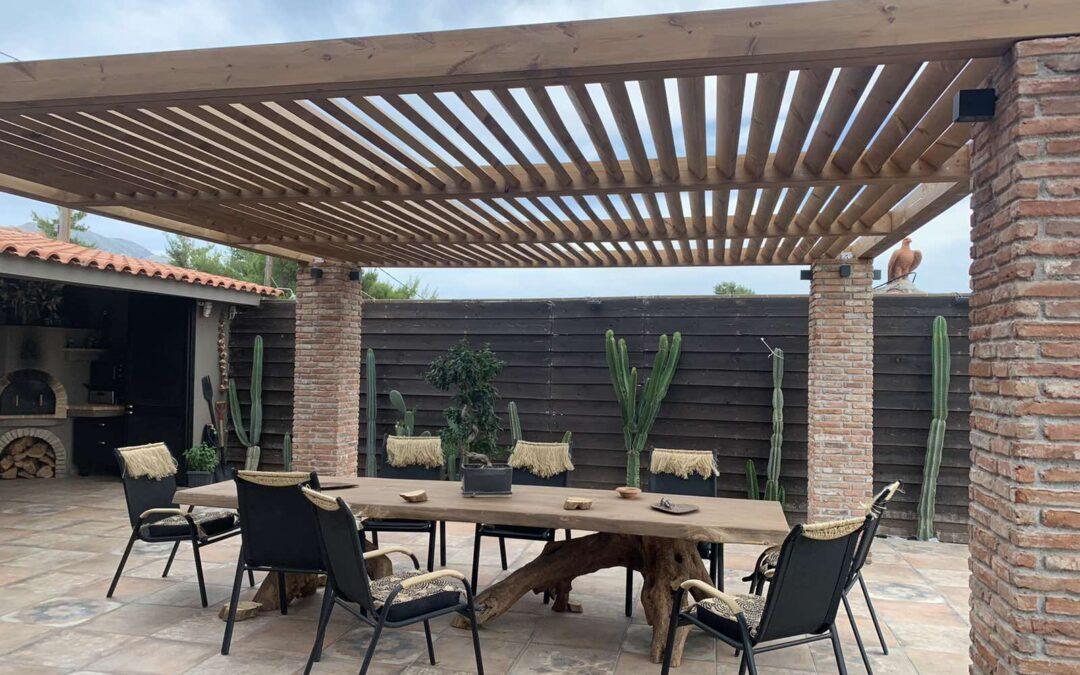 Πέργκολα και ξύλινο τραπέζι